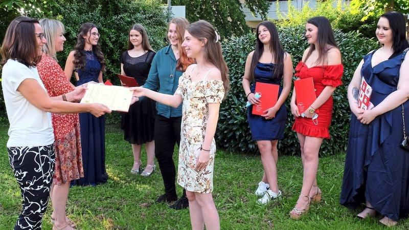 Zeugnisübergabe an die Preisträgerinnen im Freien durch Frau Schenkel und Frau Furmann