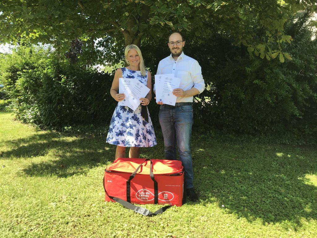 Frau Korfmacher (links) und Herr Mildenberger (rechts) mit ihrem Zertifikat